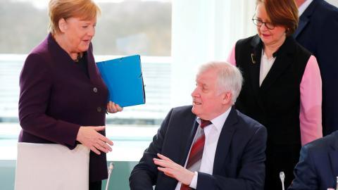 Horst Seehofer, evita darle la mano a Angela Merkel