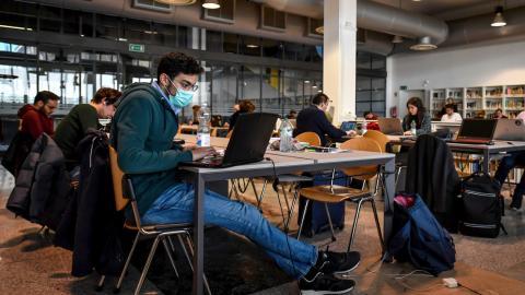 estudiantes italianos estudiando con mascarillas por temor al coronavirus
