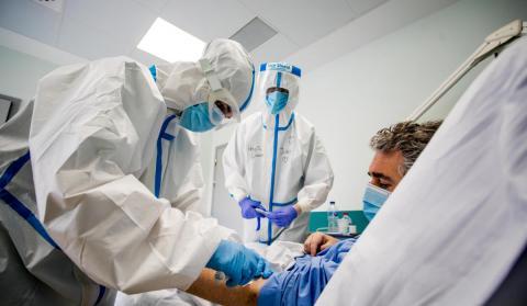 coronavirus, enfermo y médicos
