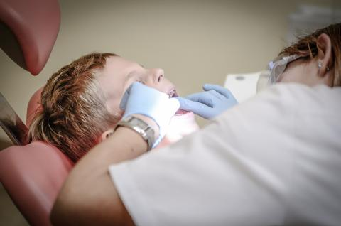 niño en dentista