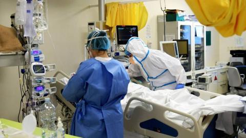 médicos con enfermo de coronavirus