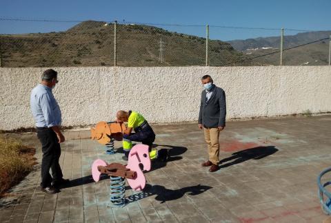 Juan Francisco Artiles y Álvaro Monzón en el parque infantil de La Solana en Telde