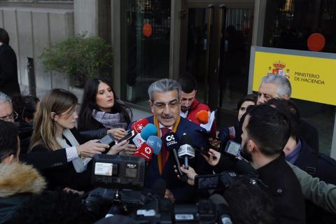 Román Rodríguez con periodistas