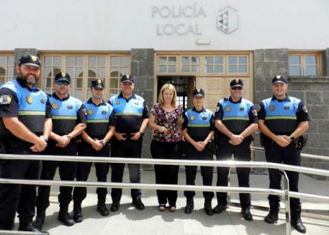 Isabel Guerra con la Policía Local de Teror