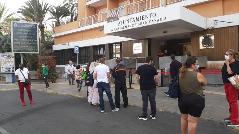 Colas en la entrada del Ayuntamiento de Las Palmas de Gran Canaria