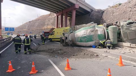 Vuelco de un camión hormigonera en Gran Canaria