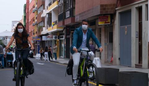Luis Yeray Gutiérrez y María José Roca en bicicleta por La Laguna