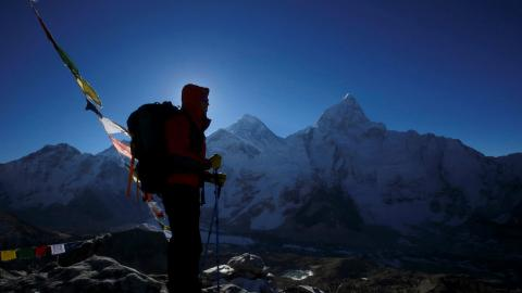 Un alpinista frente al Monte Everest