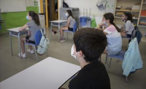 Colegio con niños con mascarillas