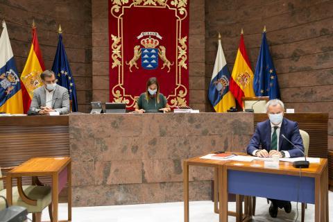 Sebastián Franquis en la Comisión de Obras Públicas en el Parlamento de Canarias