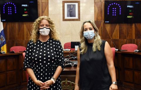 La consejera insular de Artesanía, Susana Machín y Paloma Suárez