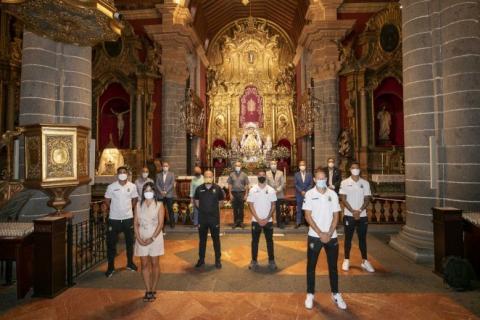 La UD Las Palmas realiza la ofrenda a la Virgen del Pino