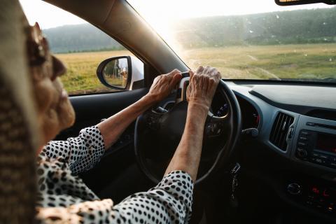 Mayores conduciendo
