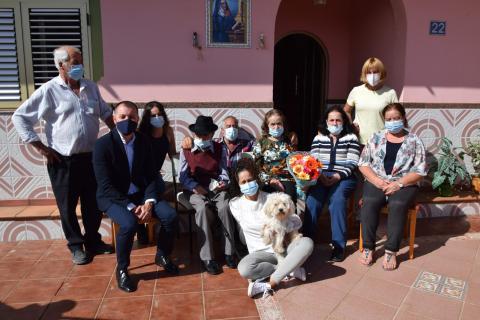 Teodoro Sosa felicita en su 100 cumpleaños al 'abuelo' de Gáldar