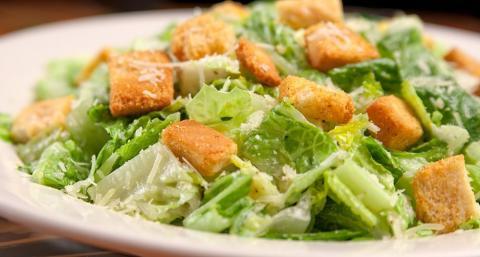 ¿Cómo se hace una ensalada César de forma rápida?