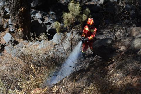 Bombero extinguiendo fuego en el incendio forestal de Garafía. La Palma