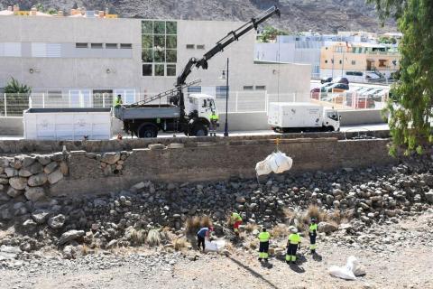 Operarios de limpieza en el barranco de Mogán. Gran Canaria