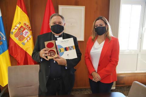 María Dolores Corujo recibe al obispo de la Diócesis de Canarias, José Mazuelos