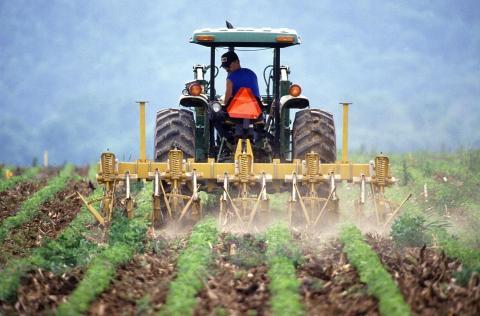 Tractor arando la tierra