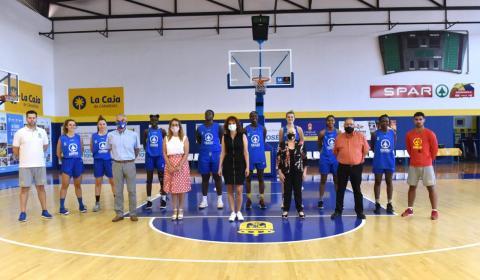 SPAR Gran Canaria posa junto a Luis González, Estela Hernández, Sara Ramírez, Begoña Santana y Domingo Díaz