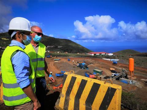 Mariano H Zapata visita las obras de Cercado Manso en Puntallana. La Palma