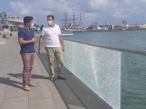 David Suárez y Francis Candil ante los desperfectos de las barandillas de cristal. Las Palmas de Gran Canaria