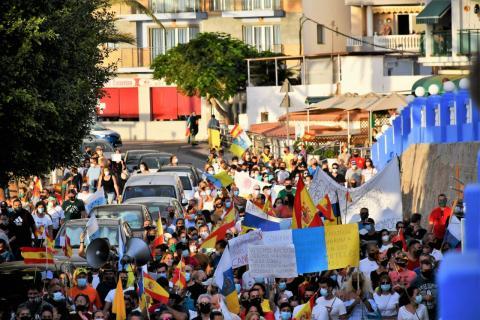 Manifestación en Arguineguín para el cierre del campamento de migrantes en el muelle