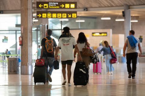 Viajeros en Los Rodeos. Tenerife/ canariasnoticias.es