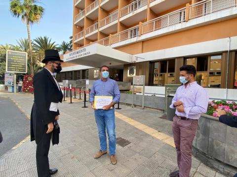 Performance con el cobrador de deudas en el Ayuntamiento de Las Palmas de Gran Canaria / CanariasNoticias.es