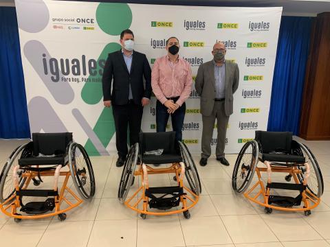 Fundación ONCE entrega las sillas de rueda a Econy GC / CanariasNoticias.es