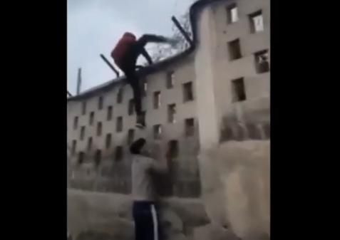 Menores inmigrantes asaltando finca en El Salobre en San Bartolomé de Tirajana / CanariasNoticias.es