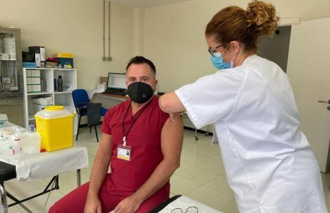 Vacunación de Covid-19 de facultativo en Canarias / CanariasNoticias.es