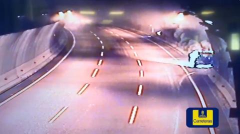 Incendio de un vehículo en el túnel Adolfo Cañas en Las Palmas de Gran Canaria