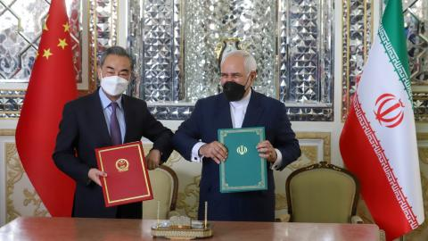Mohamad Yavad Zarif y Wang Yi, durante la firma del acuerdo de cooperación