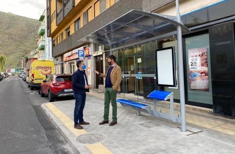 Los concejales Guillermo Díaz y Carlos Tarife visitan las marquesinas de SC Tenerife / CanariasNoticias.es