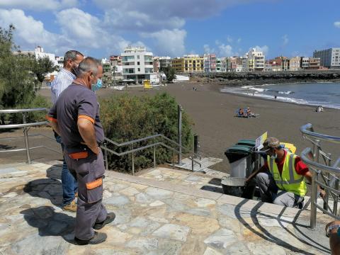 Trabajos de mantenimiento en la playa de La Garita en Telde (Gran Canaria) / CanariasNoticias.es