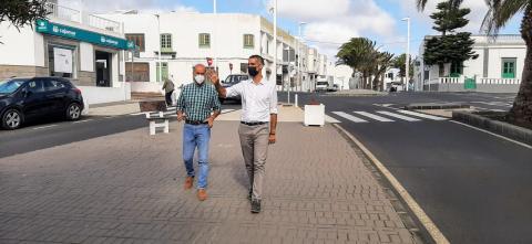 El alcalde Alexis Tejera y Raúl de León en la Avenida de Las Palmeras de San Bartolomé (Lanzarote) / CanariasNoticias.es