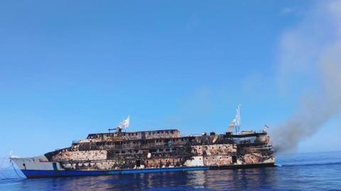 Los escombros del ferry KM Karya Indah tras un incendio a bordo, cerca de la isla Limafatola, Indonesia, el 29 de mayo de 2021.
