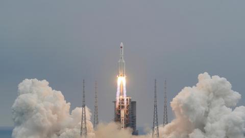 El cohete Larga Marcha-5B Y2 en el centro de lanzamiento de Wenchang, China, el 29 de abril de 2021