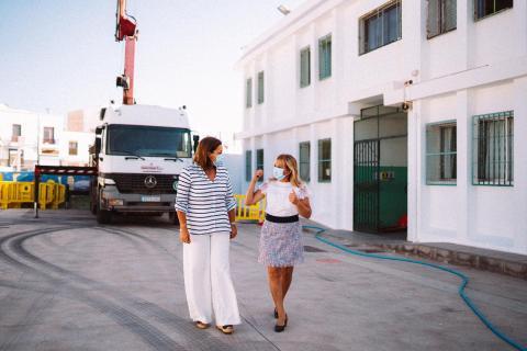 La alcaldesa Astrid Pérez y la concejala de Educación Saro González en una visita a un colegio / CanariasNoticias.es
