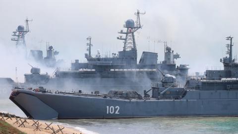 Un grupo de buques de la Flota rusa del mar Negro durante unos ejercicios navales en el polígono Opuk, en Crimea.