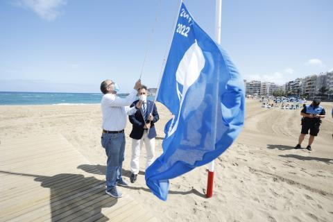 Izado de la Bandera Azul en la playa de Las Canteras en Las Palmas de Gran Canaria/ CanariasNoticias.es