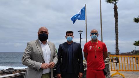 Izado de Bandera Azul en la playa Jardín de Puerto de la Cruz (Tenerife) / CanariasNoticias.es