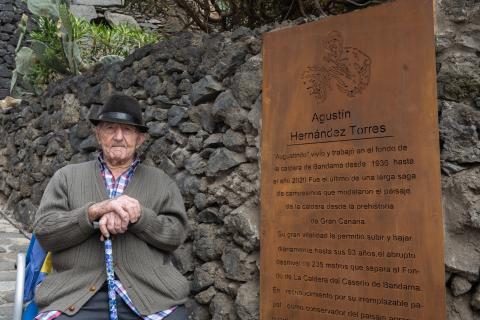 """Placa de reconocimiento a """"Agustinito"""" en la entrada al sendero de la Caldera de Bandama / CanariasNoticias.es"""