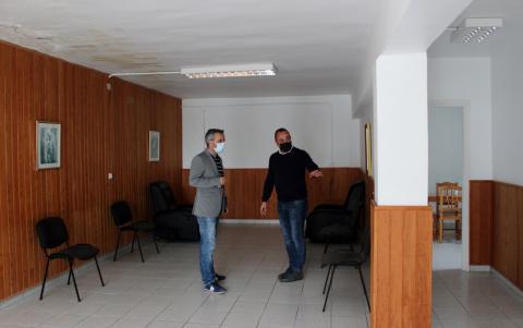 Ezequiel Domínguez (i) y Jonay Méndez en el velatorio municipal