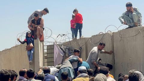 Afganos huyendo desesperadamente