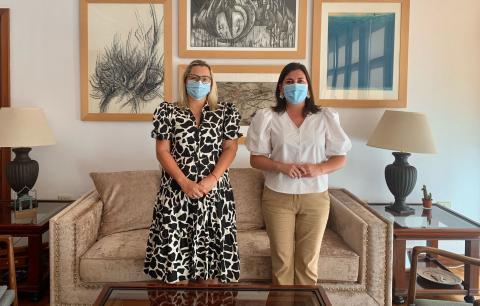 La consejera Nayra Castro con la alcaldesa de Mazo, Goretti Pérez / CanariasNoticias.es