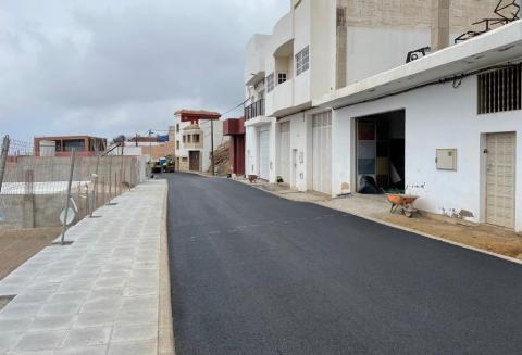 Obras de asfaltado de la calle Gil Alonso en Becerril (Gáldar) / CanariasNoticias.es