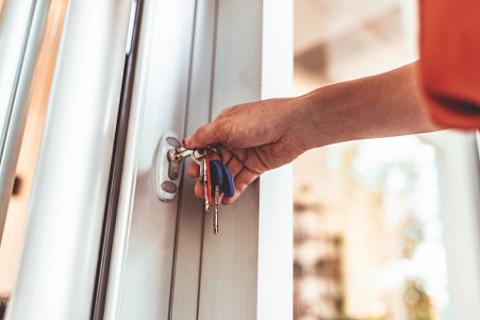 Cerrajeros que abren puertas cerradas con pestillo