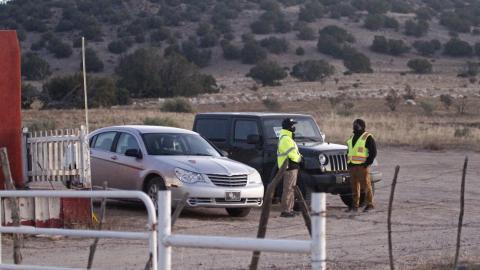 Guardias cerca del set de la película 'Rust', Nuevo México, EE.UU., el 22 de octubre de 2021
